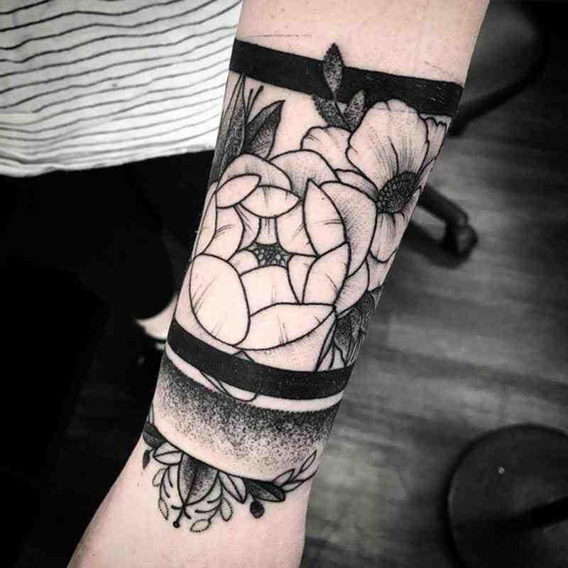 Comment commencer un tatouage manchette