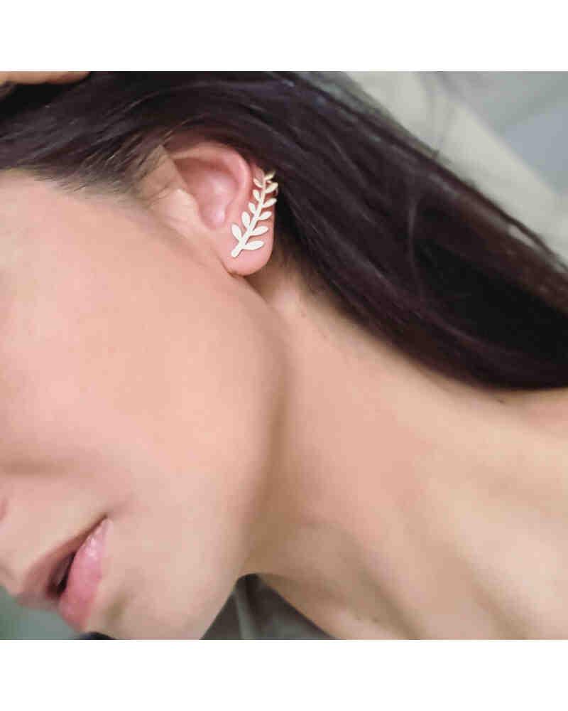 Comment mettre des boucles d'oreilles rondes ?